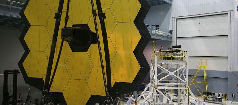 Des ingénieurs et des techniciens assemblent le télescope spatial James Webb le 2 novembre 2016 au Goddard Space Flight Center de la NASA à Greenbelt, Maryland (Etats-Unis).