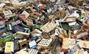 Les cagettes, cartons et plastiques s'entassent depuis une semaine.