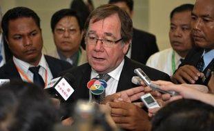 Un ministre néo-zélandais, soucieux d'estomper les inquiétudes suscitées en Chine par la contamination de produits laitiers exportés par son pays, était en visite jeudi à Pékin où il a vivement critiqué la coopérative Fonterra à l'origine du scandale.