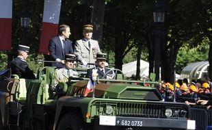 Emmanuel Macron descend l'avenue des Champs-Elysées au côté du général Pierre de Villiers, le 14 juillet 2017.