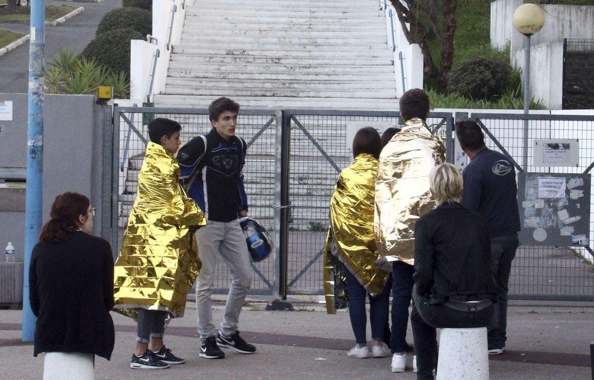 Des élèves dans des couvertures de survie devant le lycée Tocqueville à Grasse. – Philippe Farjon/AP/SIPA