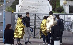 Des élèves dans des couvertures de survie devant le lycée Tocqueville à Grasse.