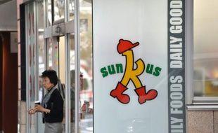 """Un magasin Sunkus, l'un des """"konbini"""" qui inondent le marché japonais, à Tokyo le 15 octobre 2015"""