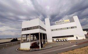 Renault va relocaliser dans l'usine de Flins (Yvelines) la production d'un véhicule jusqu'à présent fabriqué à l'étranger, soit l'équivalent d'environ 400 emplois, a annoncé vendredi le secrétaire d'Etat à l'Industrie Luc Chatel sur Europe 1.
