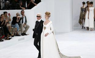 Une mariée enceinte au défilé Chanel Haute Couture Automne-Hiver 2014/2015.