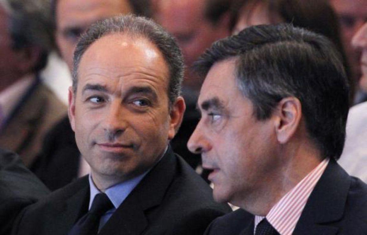 Après des déclarations fracassantes, les rivaux de l'UMP Jean-François Copé et François Fillon se sont appliqués samedi à mettre en sourdine leur rivalité, conscients de l'impact négatif d'une guerre des chefs sur l'électorat de droite, à quinze jours des législatives. – Thomas Samson afp.com