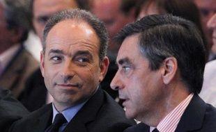 Après des déclarations fracassantes, les rivaux de l'UMP Jean-François Copé et François Fillon se sont appliqués samedi à mettre en sourdine leur rivalité, conscients de l'impact négatif d'une guerre des chefs sur l'électorat de droite, à quinze jours des législatives.