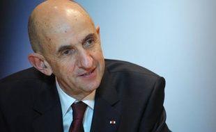 Le Commissaire général à l'investissement Louis Gallois s'est dit samedi favorable à une réduction massive des cotisations payées par les entreprises françaises exposées à la concurrence internationale, afin d'améliorer leur compétitivité.