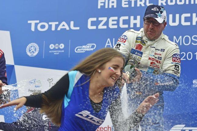 L'Allemand Jochen Hahn fête sa victoire lors d'une manche du championnat d'Europe de camions à Most, en République tchèque, le 2 septembre 2018.