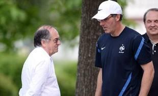 Noëlle Graët, le président de la FFF, en discussion avec Laurent Blanc, le 14 juin 2012, à Kircha.