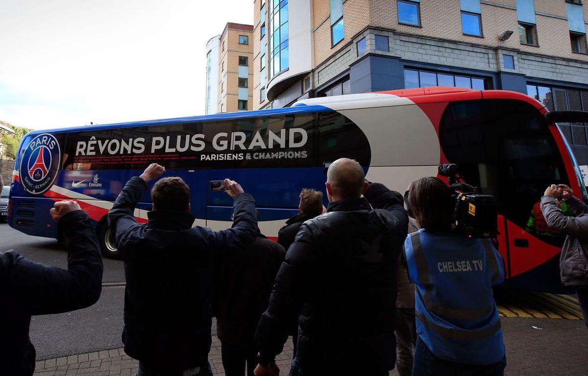 Le bus du PSG arrive au stade de Chelsea le 8 avril 2014. – ADRIAN DENNIS / AFP