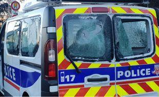 Le véhicule de CRS a été pris pour cible samedi à Lyon.