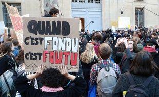 Plusieurs lycéens ont manifesté vendredi 15 février à Paris près du ministère de l'Ecologie contre le dérèglement climatique.