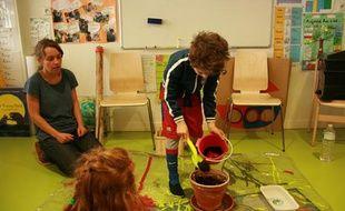 Les élèves de l'école Living School, dans le 19e arrondissement de Paris, ont planté les graines envoyées par les Nations unies à l'occasion de la Journée mondiale de l'environnement, le 10 juin 2011.