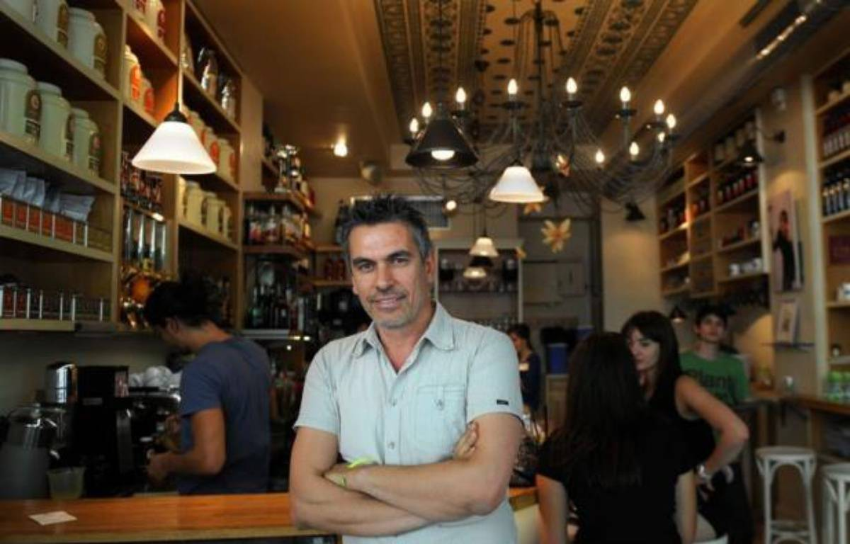 """""""Nous ouvrons encore un café, je suis débordé"""", lâche Yannis Zois, un Grec de 46 ans, en descendant de son vélo devant son bistrot bondé dans une rue commerçante au centre de Sofia. – Nikolay Doychinov afp.com"""