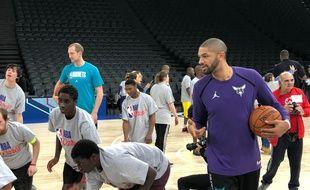 Nicolas Batum a donné des conseils à des jeunes personnes en situation de handicap, ce jeudi à l'AccorHoetls Arena de Paris. Le basketteur a fait ça avec plaisir.