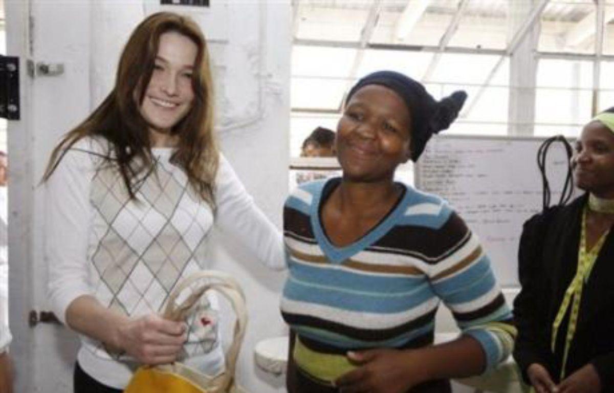 Carla Bruni-Sarkozy, la première dame française, a visité jeudi une coopérative de commerce équitable dans un township du Cap. – Jacky Naegelen AFP