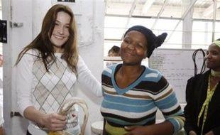 Carla Bruni-Sarkozy, la première dame française, a visité jeudi une coopérative de commerce équitable dans un township du Cap.
