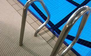 Une des échelles de la piscine publique Léo-Lagrange, à Toulouse