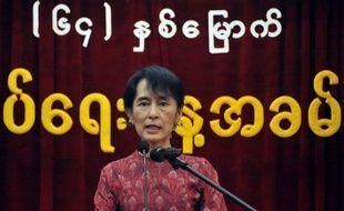 """L'opposante birmane Aung San Suu Kyi pourrait jouer un rôle au sein du gouvernement dit """"civil"""" si elle remporte son siège à l'issue des élections législatives partielles du 1er avril, a déclaré dimanche un conseiller de la présidence birmane."""