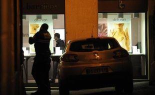 Des policiers dans une bijouterie du centre de Montpellier où deux femmes ont été retenues en otage par un homme armé le 9 janvier 2015
