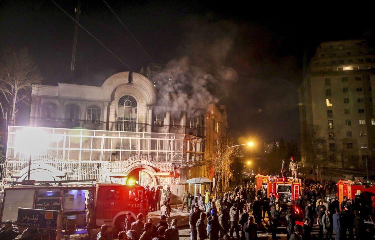 De la fumée s'élève au-dessus de l'ambassade saoudienne à Téhéran le 3 janvier 2016. – Mohammadreza Nadimi/AP/SIPA