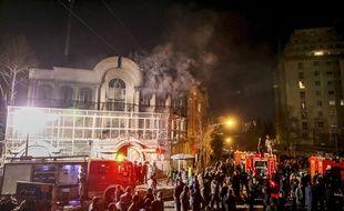 De la fumée s'élève au-dessus de l'ambassade saoudienne à Téhéran le 3 janvier 2016.