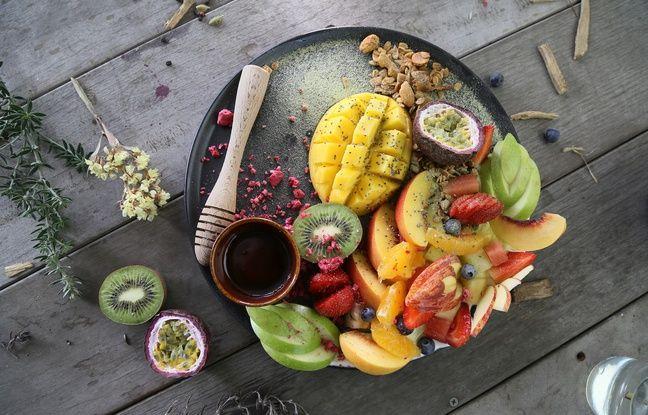Une assiette de fruits, meilleure que des compotes et yaourts aux fruits.