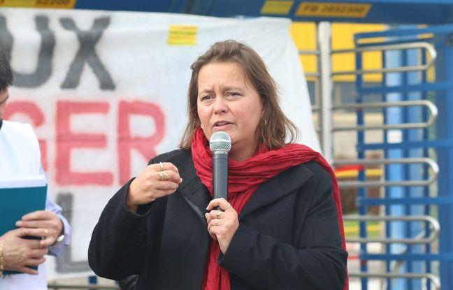 Véronique Ferreira, maire de Blanquefort, devant les salariés de l'usine Ford lors d'un débrayage le 5 mars 2018.