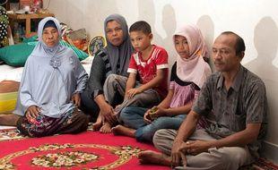 Une famille d'Indonésie réunie dix ans après le tsunami. Les parents ont retrouvé leur fille le 8 août et leur fils quelques jours plus tard.