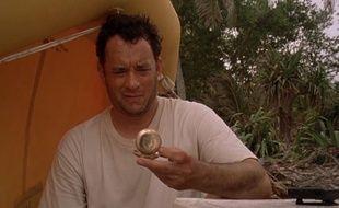 Tom Hanks apprend à survivre sur une île déserte après le crash d'un avion.