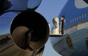 La porte d'Air Force One s'ouvre alors que le président Joe Biden arrive à la RAF Mildenhall dans le Suffolk, en Angleterre, le mercredi 9 juin 2021.