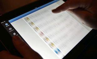 Une utilisatrice de Twitter consulte sa timeline sur une tablette.