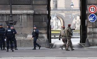 Une patrouille de police près du Louvre, le 3 février 2017.