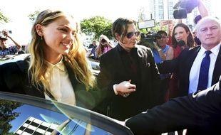 Amber Heard et Johnny Depp, devant le tribunal de Southport, en Australie, le 18 avril 2016.