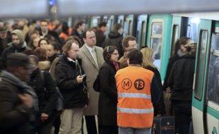 Un employé de la RATP guide les passagers à la station de métro Saint Lazare à Paris, le 29 juin 2009