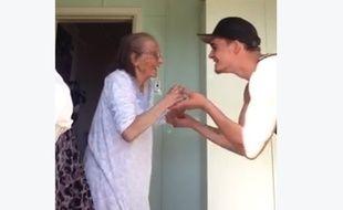 Jarryd Stoneman a fait fondre internet en postant une vidéo de lui en train de danser avec sa grand-mère.