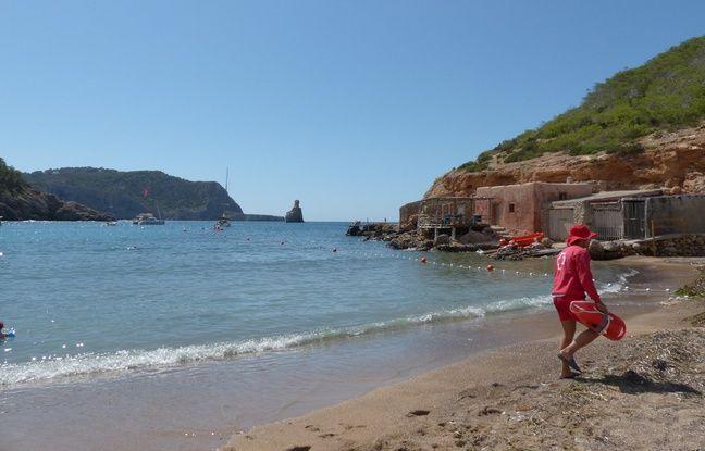 Cala Benirras, la petite plage des gens tout nus (au fond derrière le sauveteur)