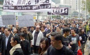 Plusieurs milliers de personnes défilent à Hong Kong le 2mars 2014 pour protester contre les violence à l'encontre de la presse, après l'agression de Kevin Lau, ancien rédacteur en chef du quotidien Ming Pao.