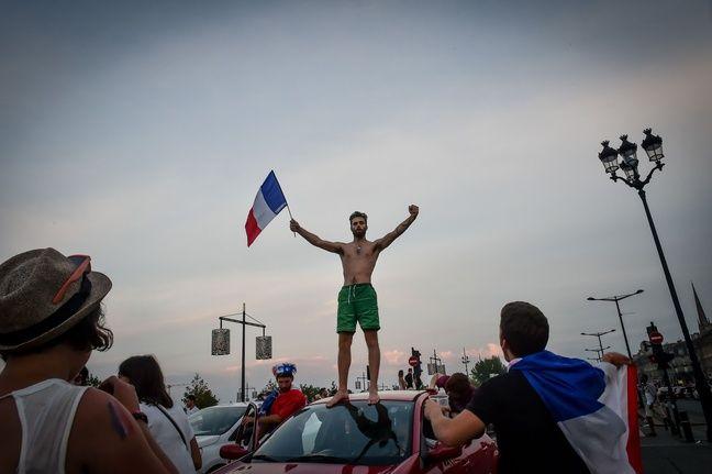 Debout sur les voitures à Bordeaux, le 15 juillet 2018.