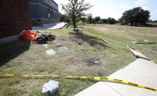 Des débris et un parachute après le crash d'un avion militaire dans un quartier proche de Fort Worth, au Texas le 19 septembre 2021.