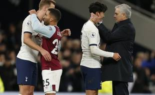 Mourinho félicite Son après son but d'extraterrestre contre Burnley.