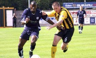 Grégory Tadé (à g.), footballeur français évoluant dans le club roumain CFR Cluj.