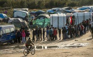 """Des migrants font la queue pour une distribution de nourriture dans la """"Jungle"""" de Calais, dans le nord de la France, le 29 octobre 2015"""