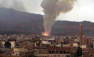 De la fumée s'élève au-dessus de la ville de Sanaa, le 11 mai après des raids aériens de la coalition arabe contre un dépôt d'armes tenu par la rébellion chiite
