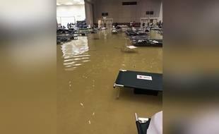 Un centre d'accueil de Port Arthur, au Texas, a dû être évacué à cause des inondations provoquées par la tempête Harvey, le 29 août 2017.