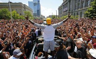LeBron James face à la foule, le 22 juin 2016 à Cleveland