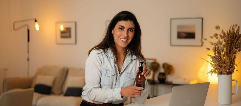 Julia du Sartel a créé Maison Hadenn, une entreprise de cosmétiques proposant un shampoing en poudre, presque zéro déchet.