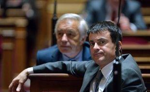 """Le ministre de l'Intérieur, Manuel Valls, a assuré jeudi au Sénat qu'il """"n'y aura pas de régularisation massive"""" d'immigrés, en présentant son projet de loi qui prévoit de remplacer la garde à vue des sans-papiers, devenue illégale, par une """"retenue"""" pouvant aller jusqu'à seize heures."""