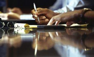 Illustration d'une personne tenant un stylo, de l'écriture à la main